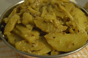 Dungri Bateta Nu Shak (Onion and Potato Curry)